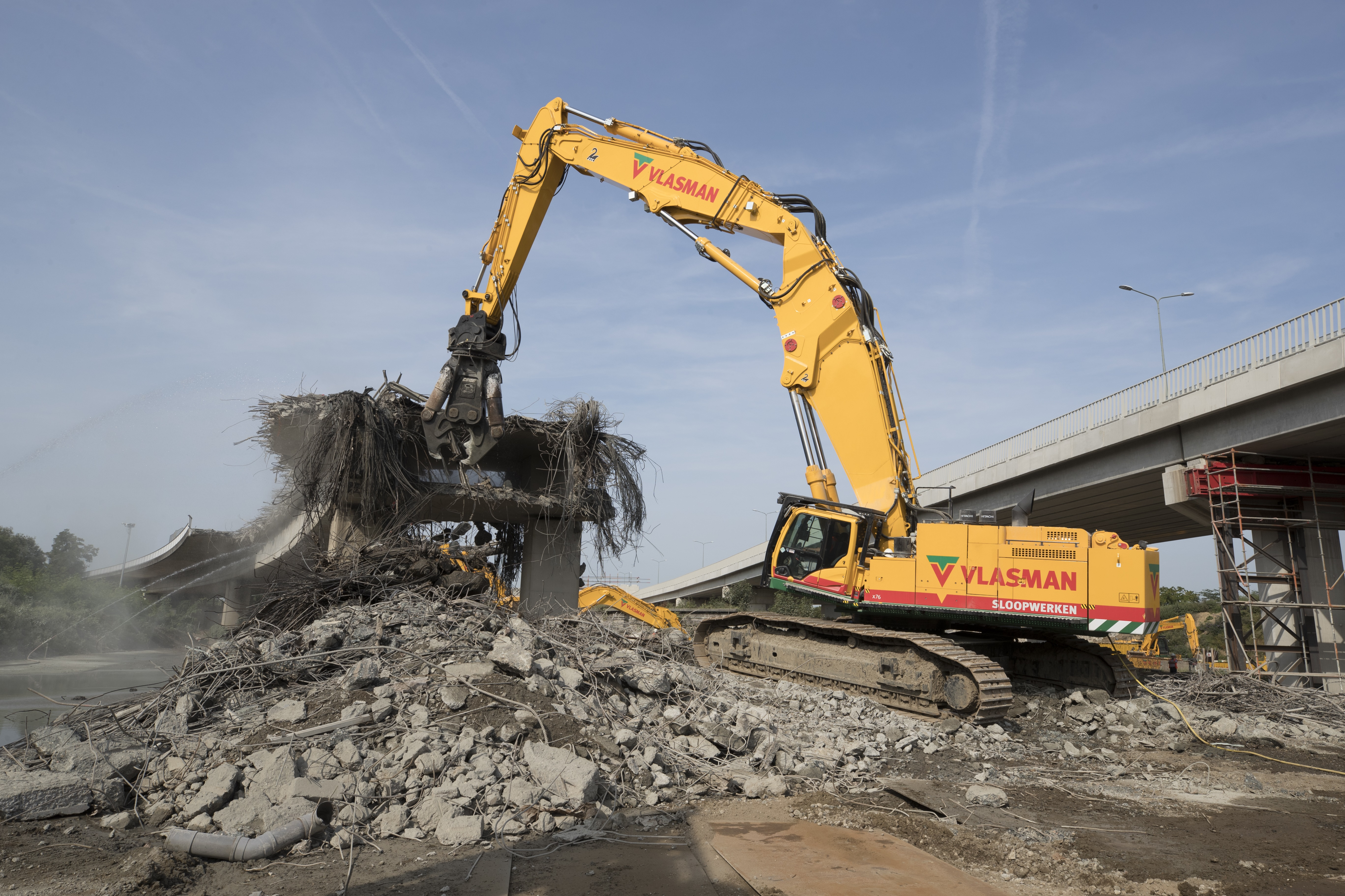 <p>250817, Maastricht: Vlasman sloopt de oude aanlanding van de Noorderbrug in Maastricht met diverse machines. Foto: Marcel van Hoorn.</p>