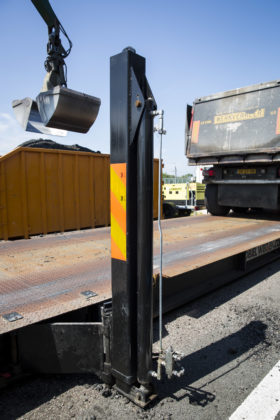 De poten van de weegbrug kunnen voor het transport horizontaal worden ingeklapt. Daarmee blijft de weegbrug tijdens het transport binnen de drie meter breedte.