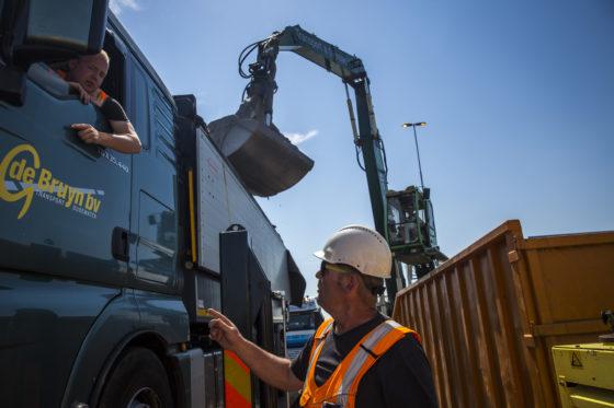Tussen de chauffeurs van de vrachtwagen en de mensen van de mobiele weegbrug is voortdurend contact.