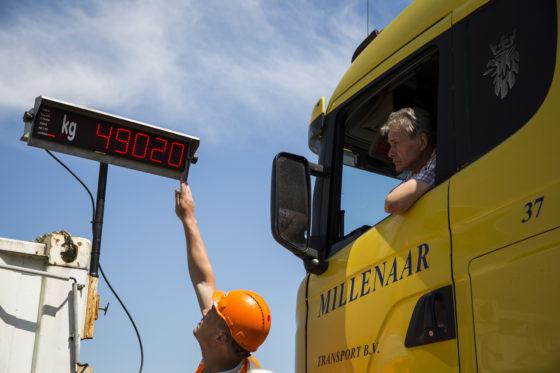 Op het LED-display kan de chauffeur van de kiptruck direct het totaalgewicht van zijn combinatie aflezen.