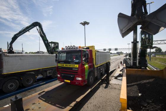 De mobiele weegbrug is dankzij zijn lengte van 15 meter en breedte van 3 meter geschikt voor alle vrachtwagen die in de wegenbouw worden ingezet. Het op- en afrijden gaat simpel dankzij de lange oprijplaten.