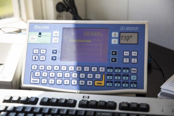 Op het scherm van de weegcomputer is direct het totaalgewicht af te lezen. Dit wordt samen met bijvoorbeeld het kenteken, datum, tijd en geladen materiaal geregistreerd. Linksboven op het scherm staat de sticker die bewijst dat het systeem is goedgekeurd