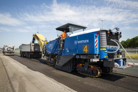 Bij het vervangen van de asfaltlaag van de A4 is capaciteit belangrijk: als het gaat om frezen, om de afvoer van het gefreesde asfalt maar zeker om het wegen van alle wagens.