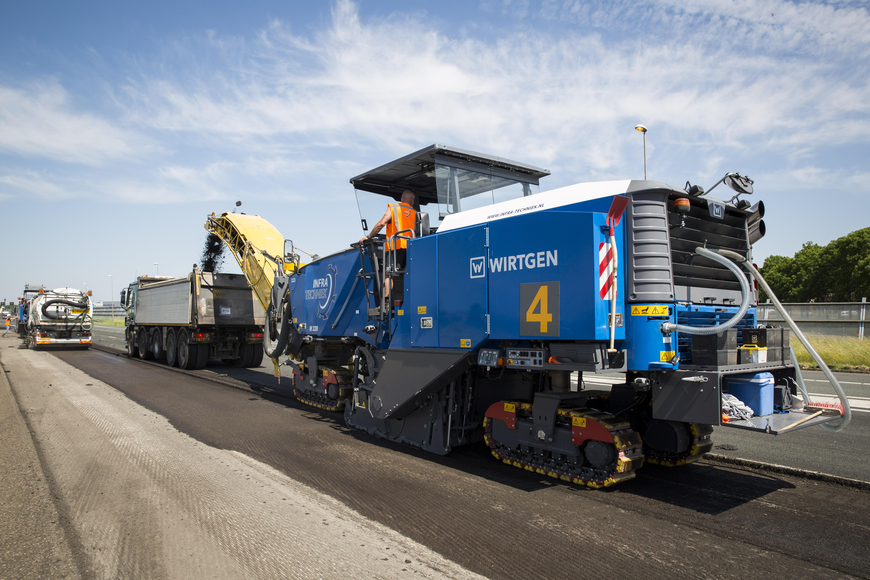 <p>Bij het vervangen van de asfaltlaag van de A4 is capaciteit belangrijk: als het gaat om frezen, om de afvoer van het gefreesde asfalt maar zeker om het wegen van alle wagens. </p>