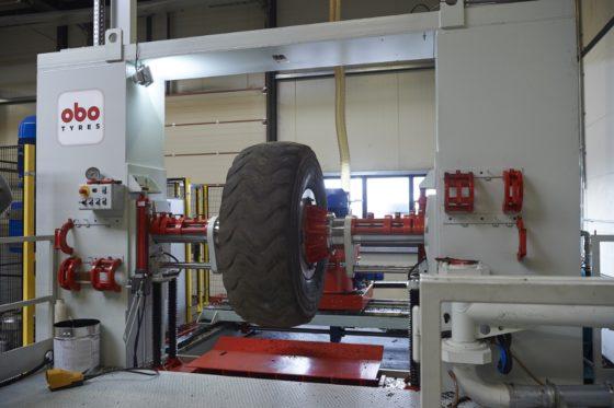 Het opruwen van het karkas gebeurt volautomatisch met deze hagelnieuwe machine. Met de machine kunnen ook de karkassen van gebruikte banden worden geschild. Daarmee wordt de investering optimaal benut.