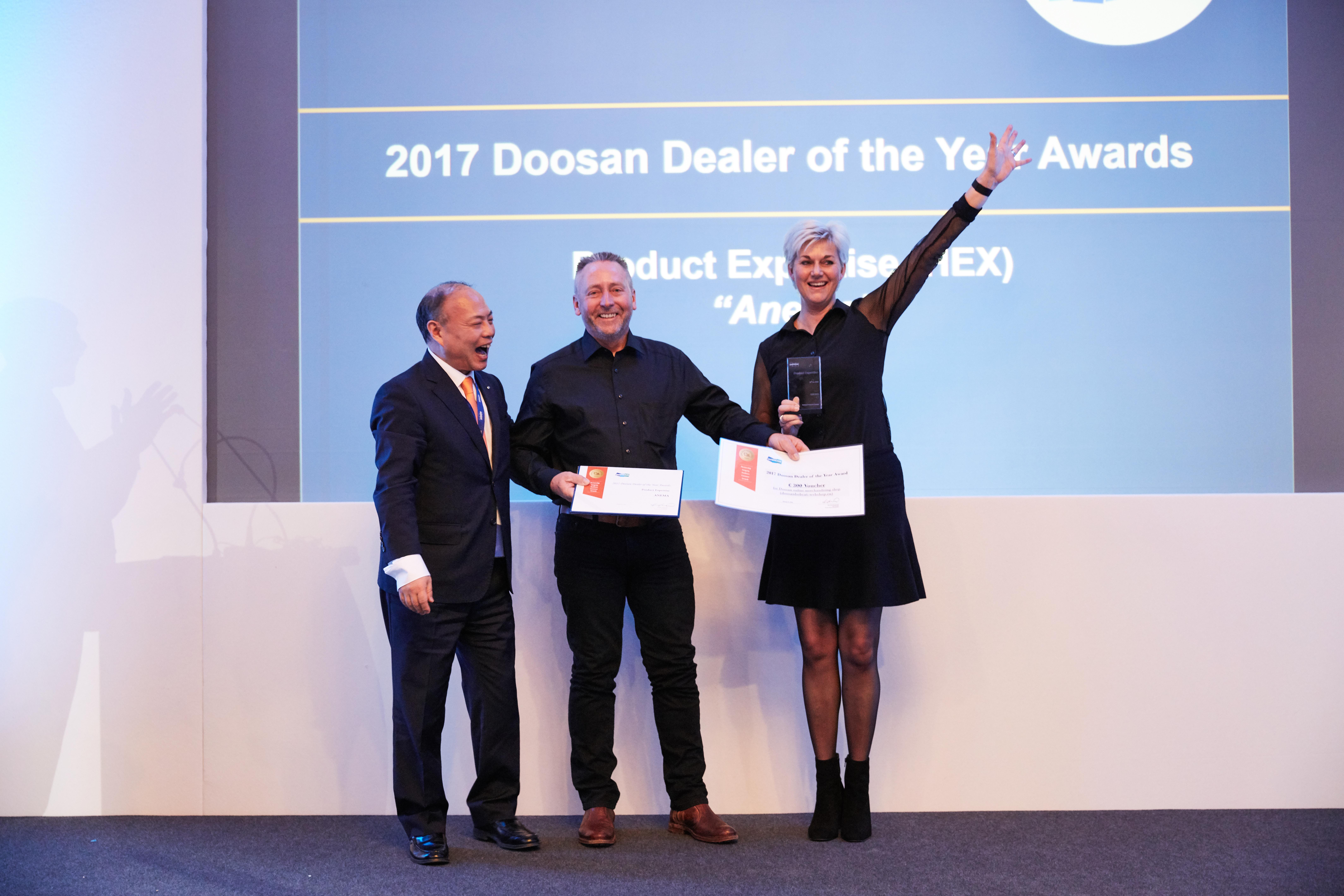 <p>Siep Anema en Nelleke Hilarides ontvangen de prestigieuze award uit handen van Charlie Park, vicepresident bij Doosan.</p>