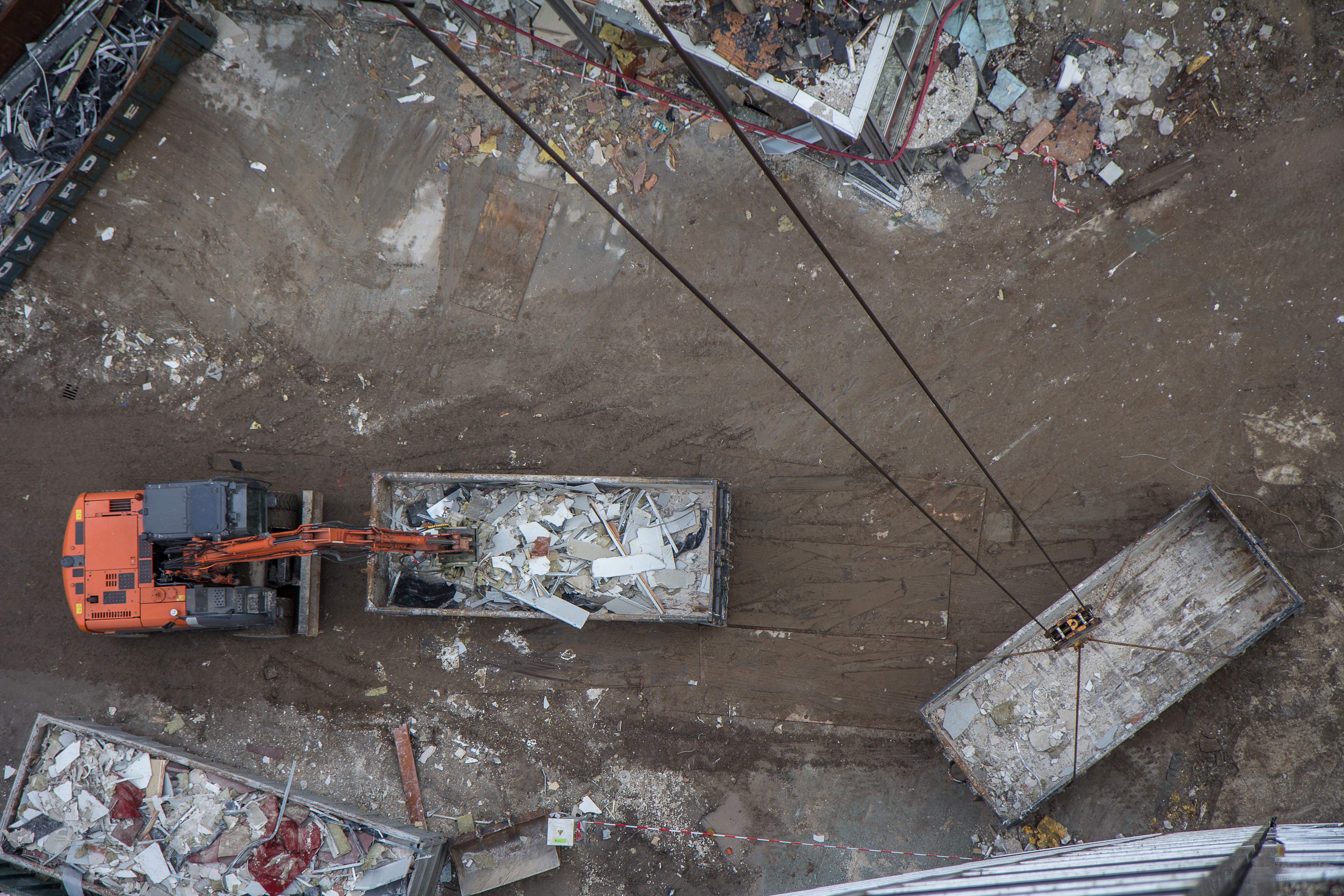 <p>De Jong Betonboringen doet meer dan de naam doet vermoeden. Het bedrijf heeft ook een eigen mobiele graafmachine op de werf staan om het vrijgekomen puin te sorteren.</p>