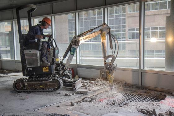 De Bobcat E10-minigraver werkt met 50 kilo hamer, een combi van 1300 kilo.