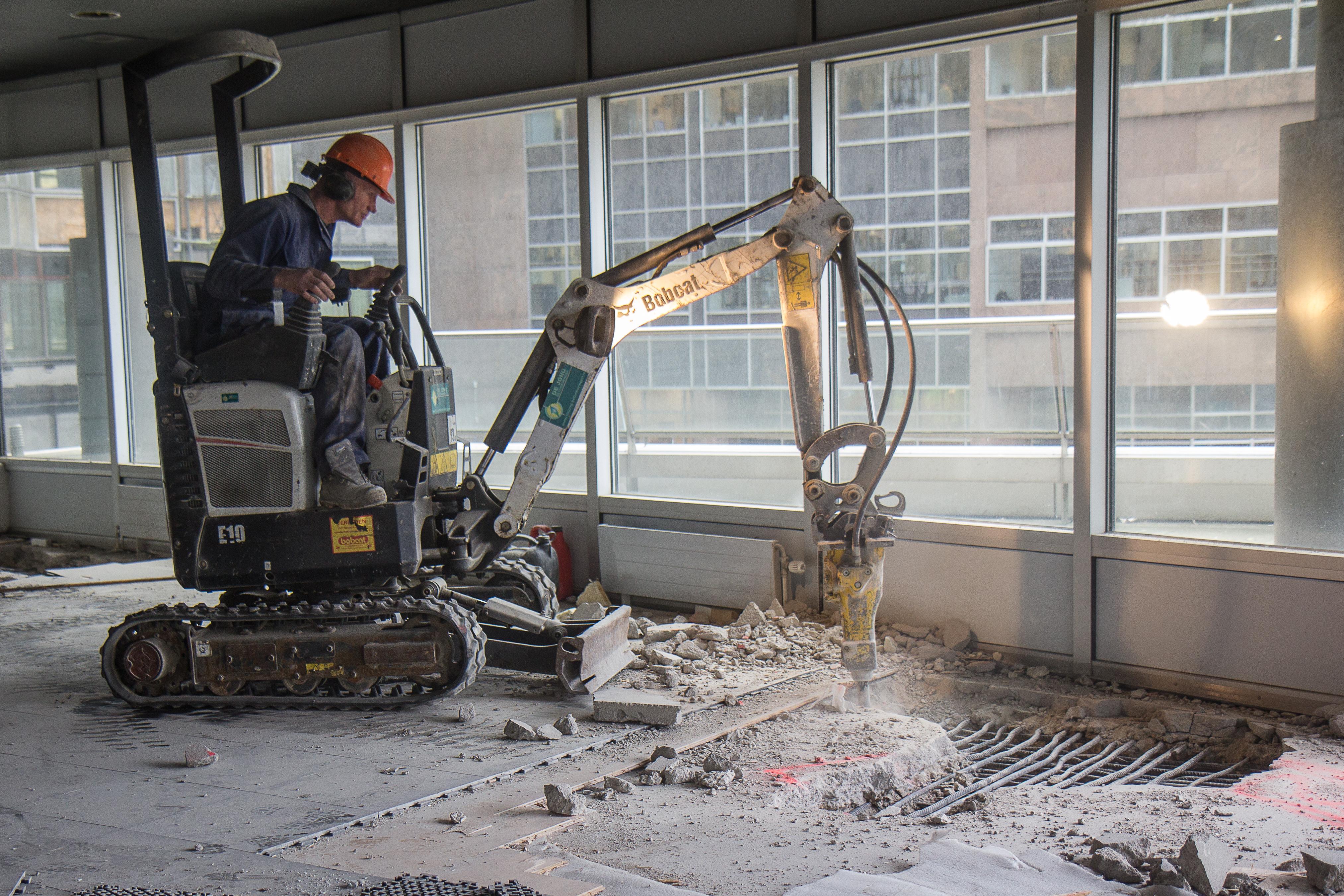 <p>De Bobcat E10-minigraver werkt met 50 kilo hamer, een combi van 1300 kilo. De Brokk werkt met een 200 kilo hamer en weegt 1.600 kilo. 'De Brokk is slechts iets zwaarder maar doet bijna drie keer zoveel', aldus De Jong.</p>