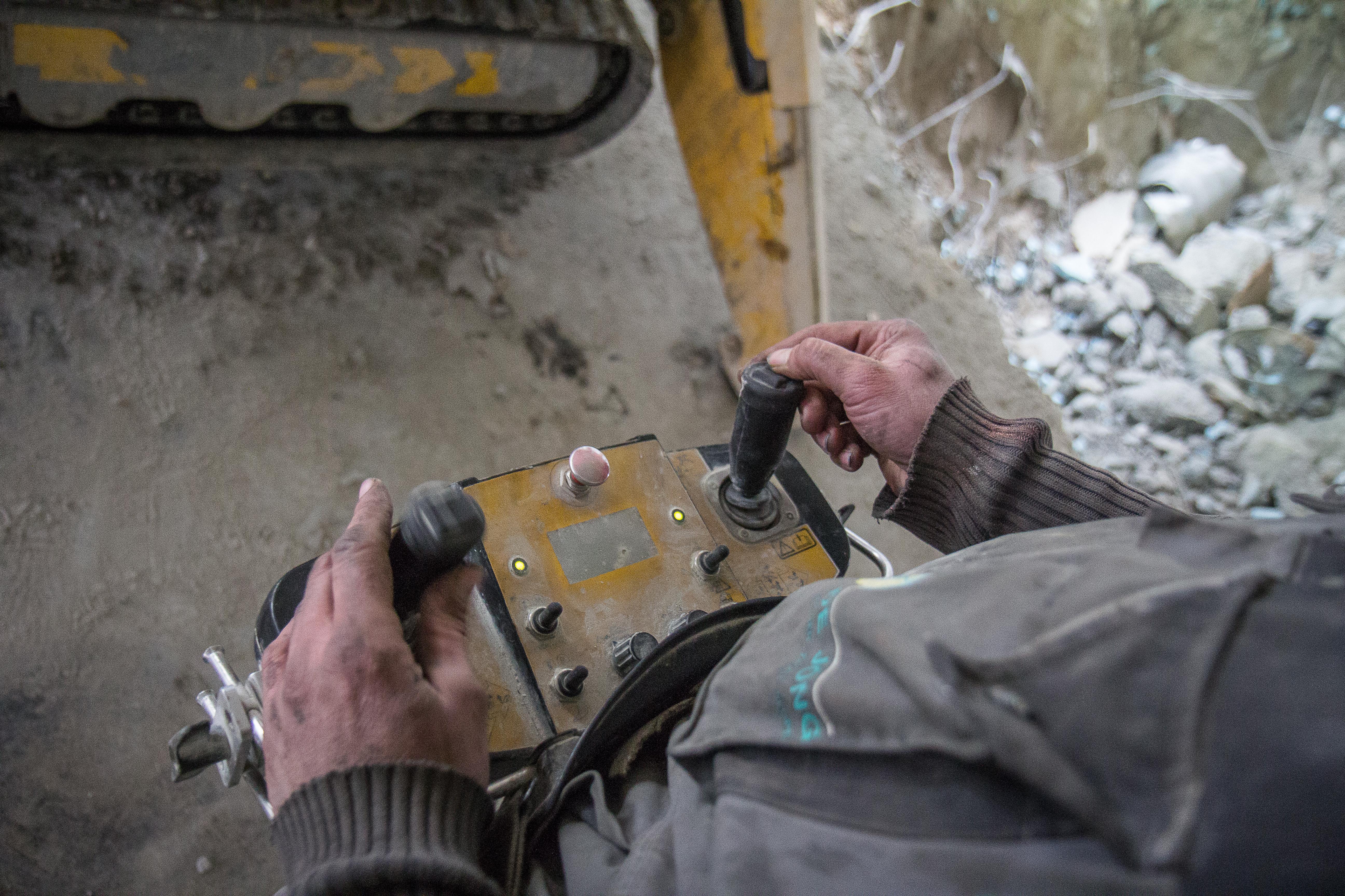 <p>De radiografische bediening en het werken met de hamer vereisen een gevoel voor slopen. Omdat je op verschillende plekken naast de machine staat, moet je in spiegelbeeld kunnen denken.</p>