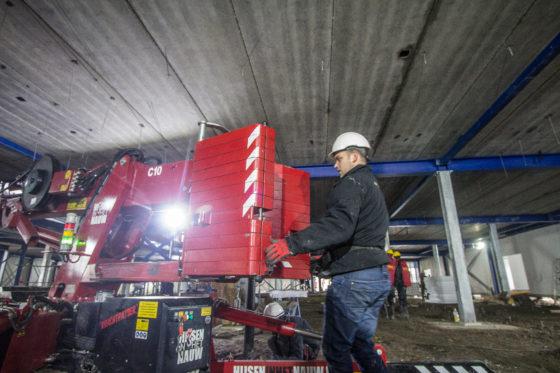 Het contragewicht van zo'n 1.300 kilo is hydraulisch uitschuifbaar, en dan nog handmatig om te klappen.