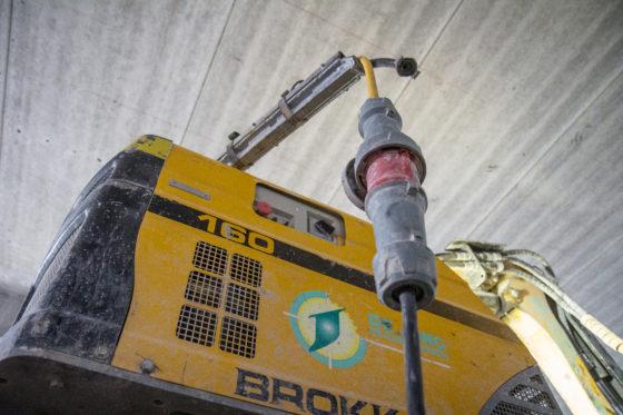 Deze Brokk 160 werkt volledig elektrisch. Dat is niet alleen handig voor het werk binnen, het bespaart ook een hoop gewicht.