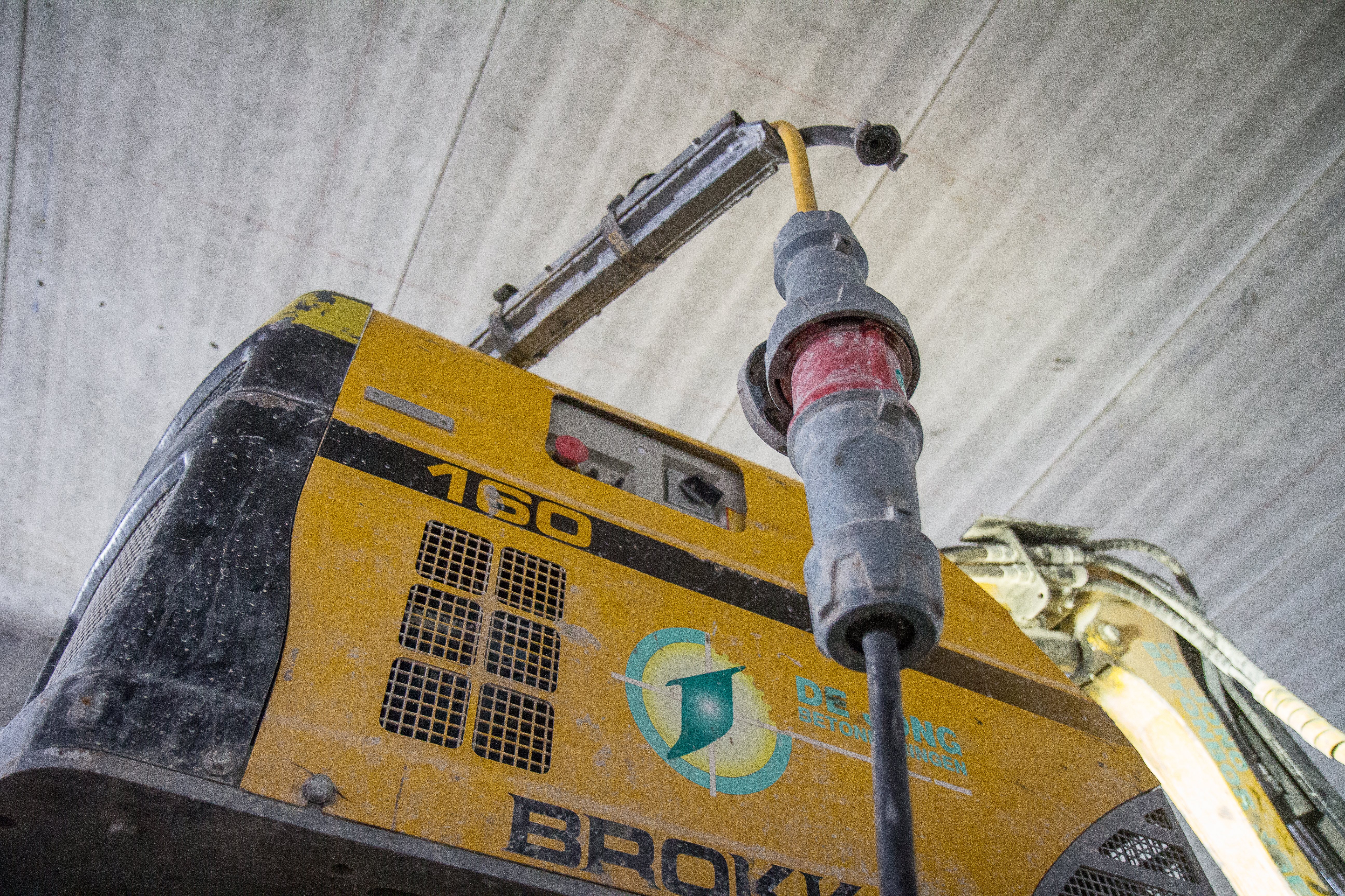 <p>Deze Brokk 160 werkt volledig elektrisch. Dat is niet alleen handig voor het werk binnen, het bespaart ook een hoop gewicht.</p>
