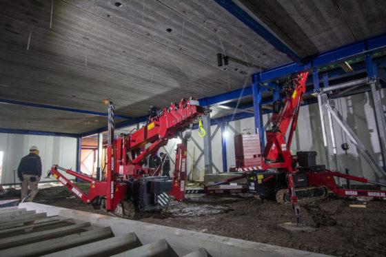 Op de werkvloer is op zich voldoende ruimte. Dankzij de rupsonderstellen hebben de kraantjes geen moeite in het natte zand.
