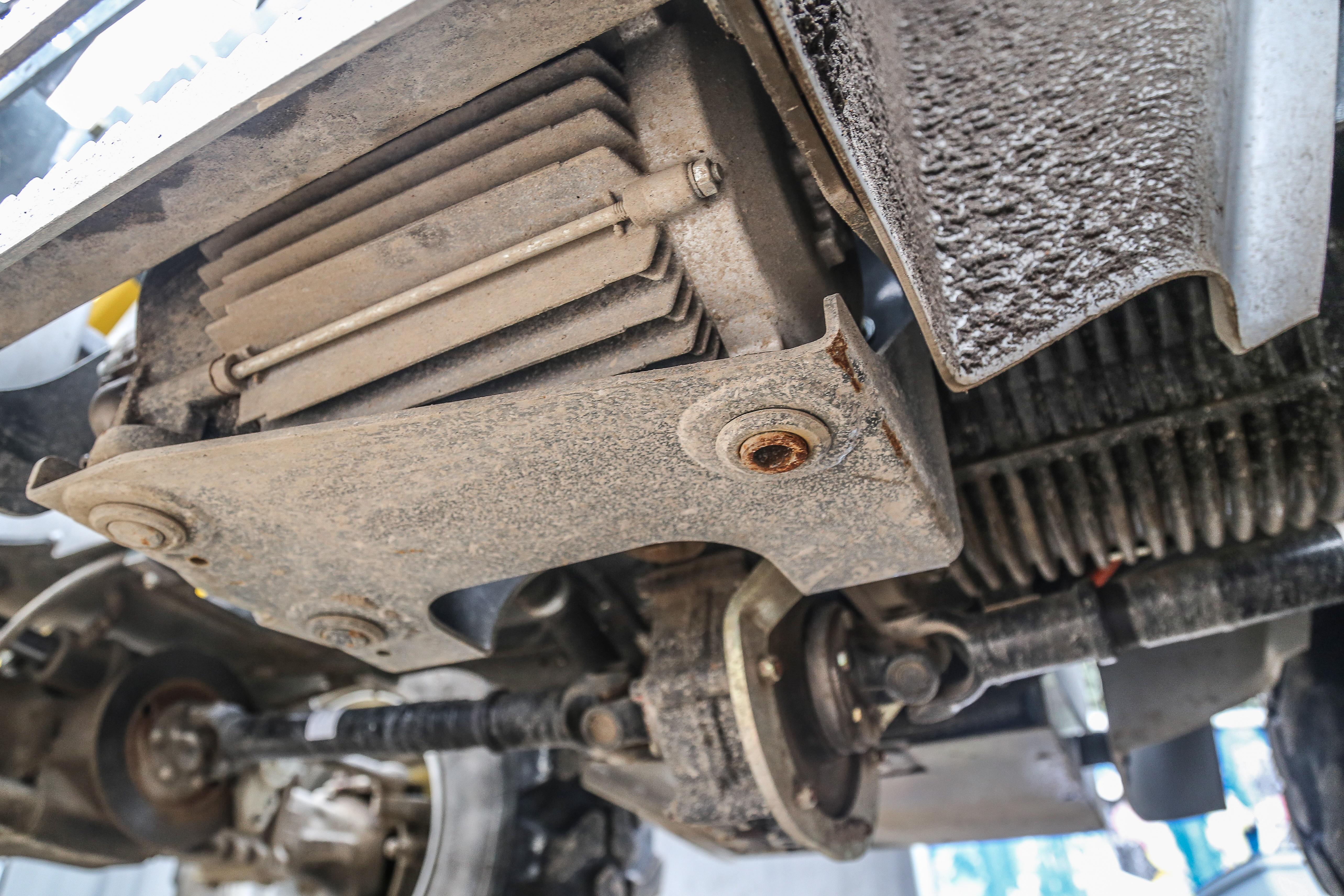 <p>De Kramer is vol-elektrisch. Hij heeft geen wielmotoren, maar een centrale elektromotor voor de wielaandrijving en eentje voor de hydrauliek.</p>