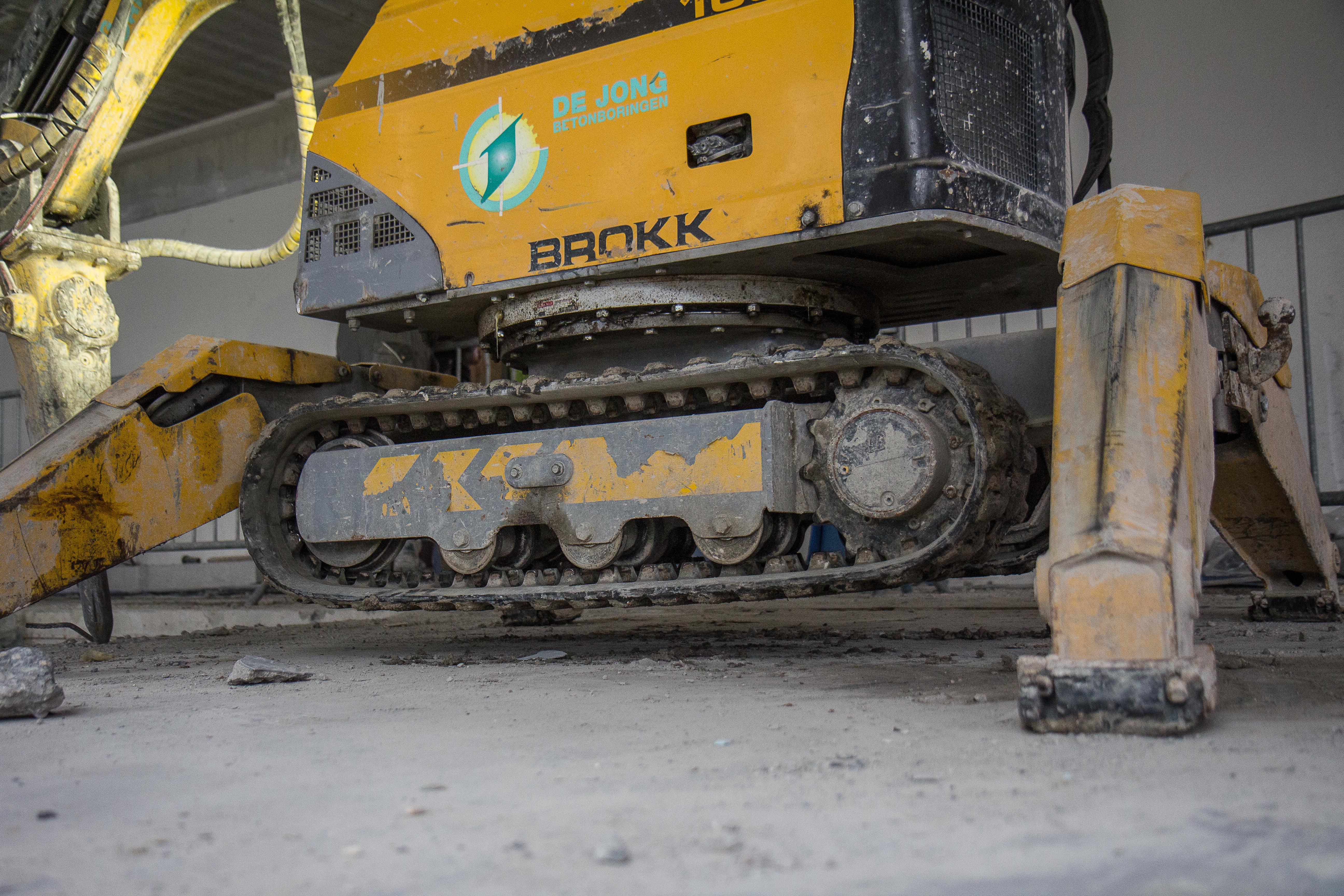 <p>De Brokk is licht en werkt met een zware tool. De stabiliteit is dus een concessie, vooral bij het verzetten. Afgestempeld staat hij als een huis. Huisje.</p>