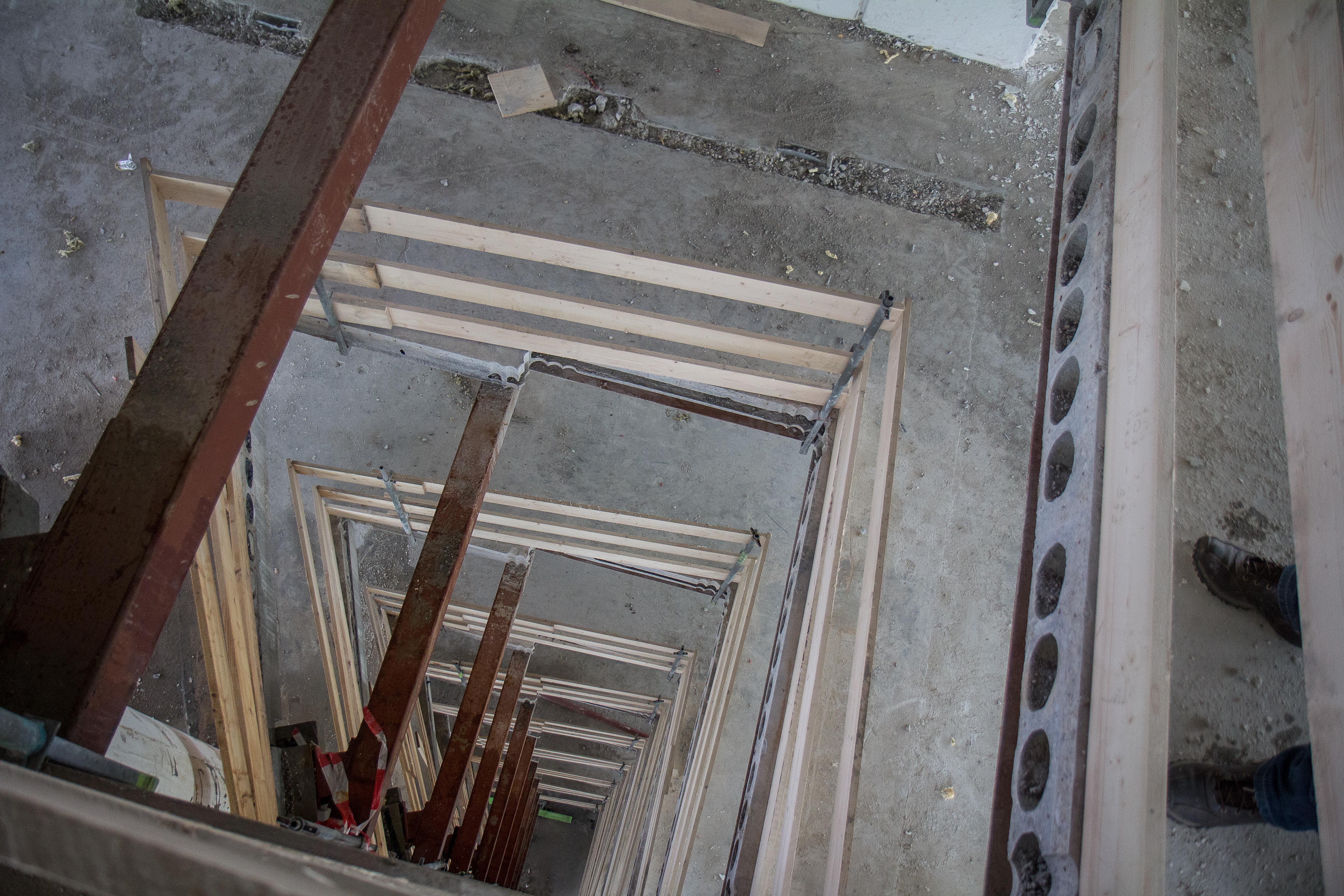 <p>Verdieping voor verdieping knaagde de Brokk zich door de verdiepingsvloeren. Resultaat: twee nieuwe liftschachten die direct met een constructie zijn versterkt.</p>