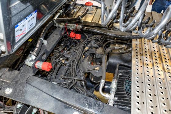De oliekoeler zit bij MAN goed beschermd in het chassis.