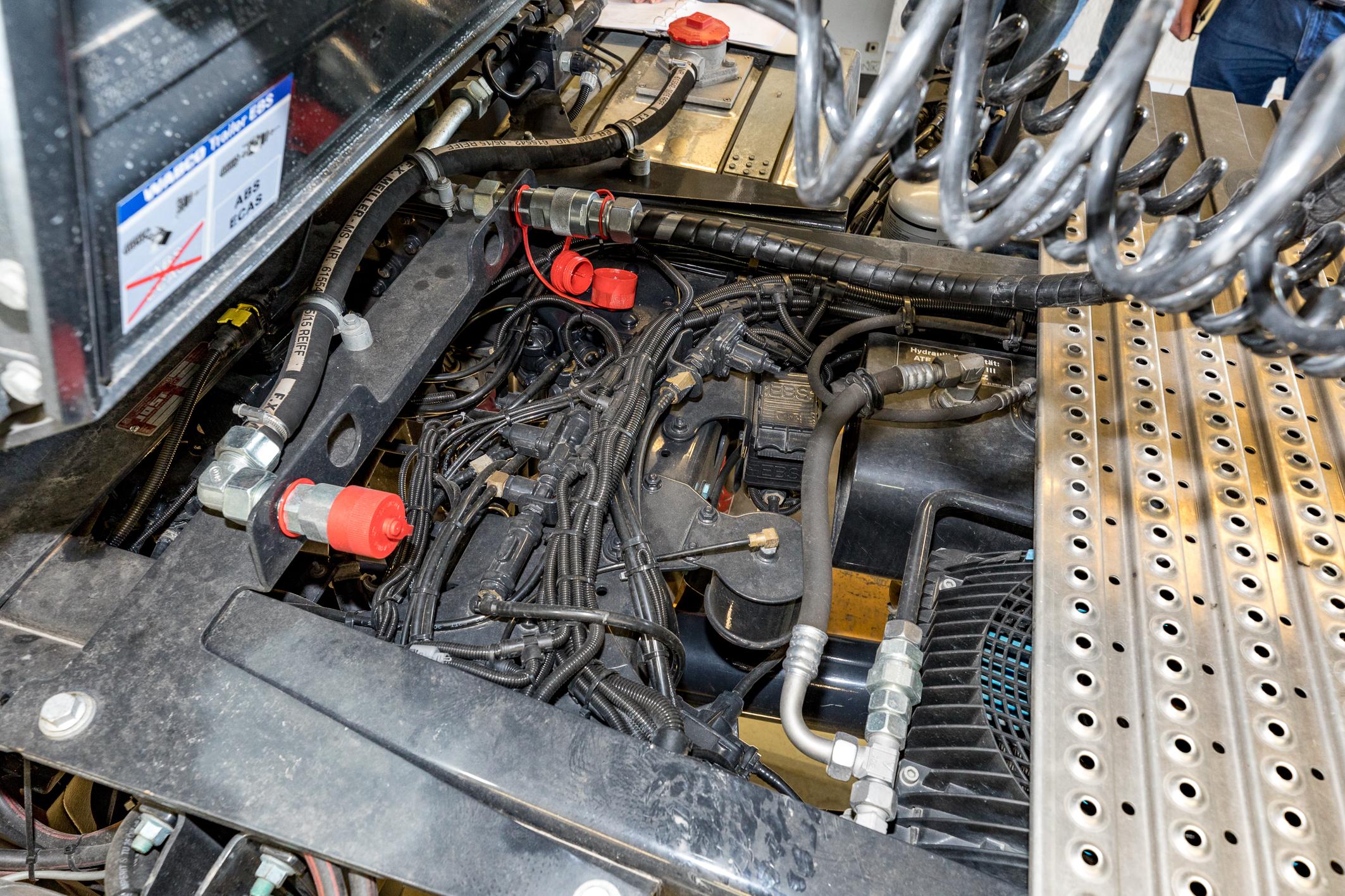 <p>De oliekoeler zit bij MAN goed beschermd in het chassis.</p>