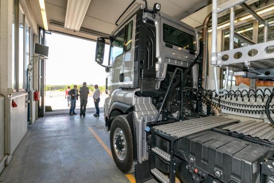 Alle trucks werden in de werkplaats uitvoerig onderzocht.