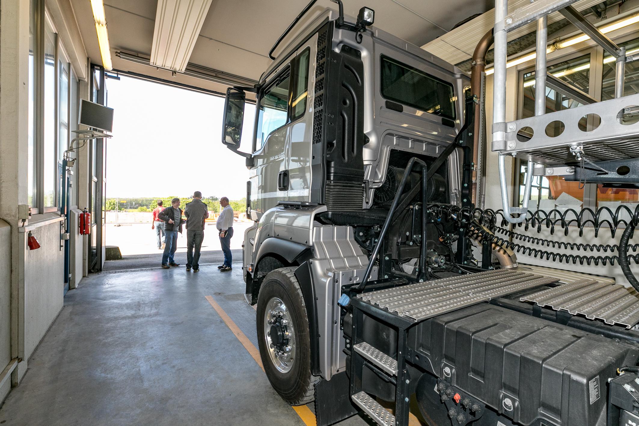 <p>Alle trucks werden in de werkplaats uitvoerig onderzocht.</p>