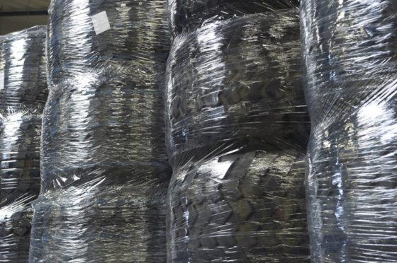 Nadat de nieuwe band nóg een keer goed is gecontroleerd en is ontdaan van de rubberen steeltjes en flappen, wordt ze in het magazijn opgestapeld en netjes ingepakt. Deze banden zijn klaar voor verzending naar de Verenigde Staten.