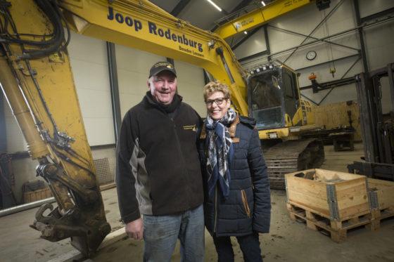 Joop en Antoinet Rodenburg bij een Komatsu 240 in hun werkplaats. 'We kunnen alles slopen, van een schuurtje tot een flatgebouw. Daarom is het werk voor ons doorgegaan, ook in die crisisjaren.'