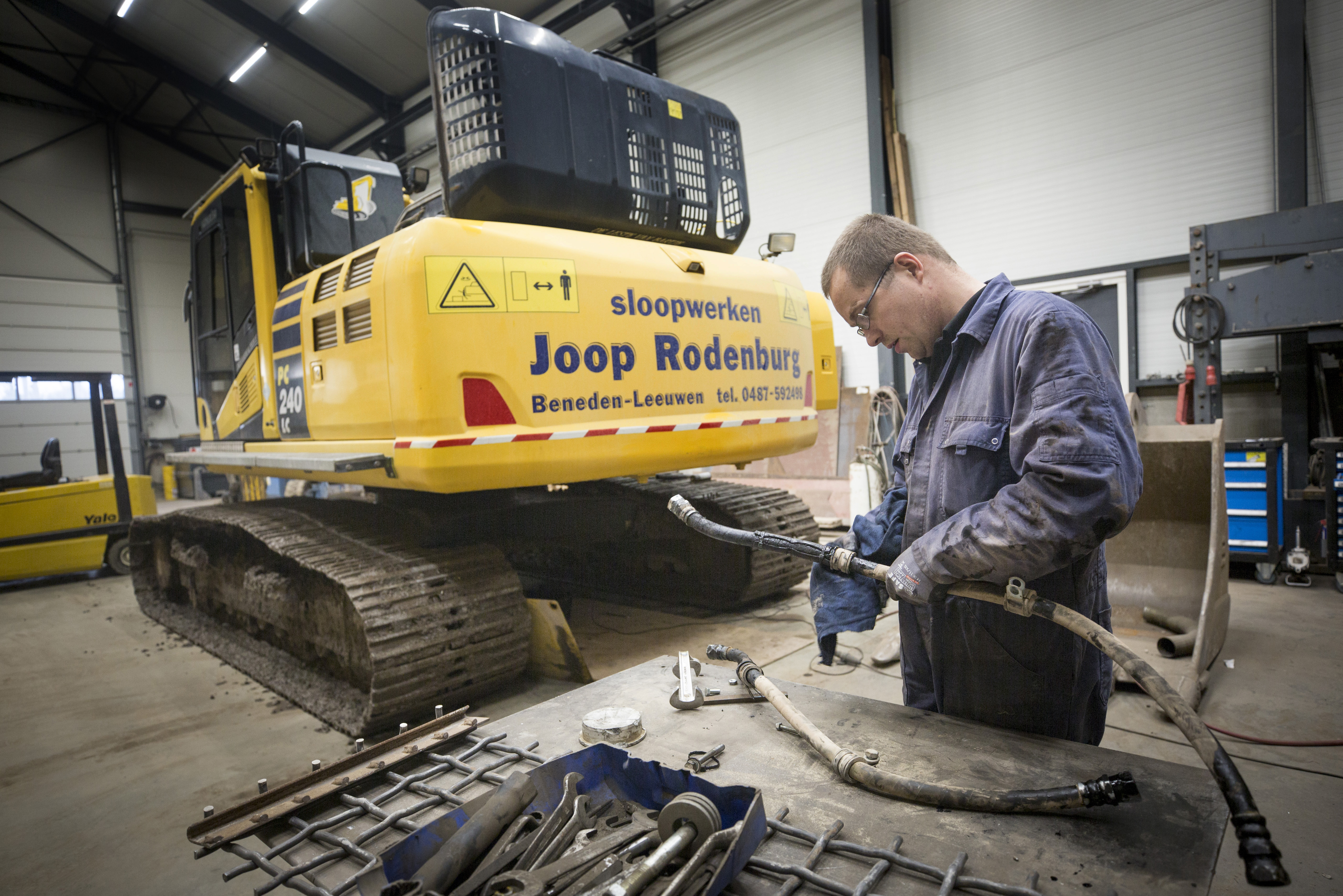<p>Monteur Richard Beekhuyzen bezig met onderhoudswerk. Joop Rodenburg doet zoveel mogelijk zelf, ook het onderhoud en transport.</p>