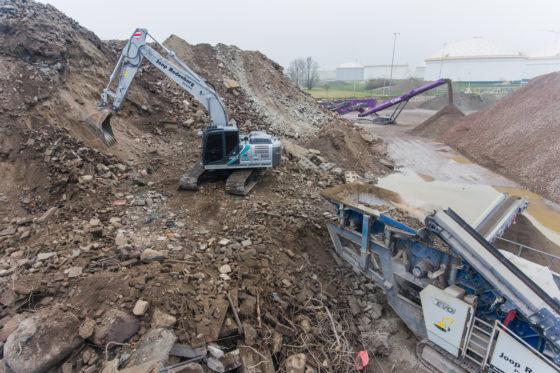 De nieuwe Kobelco van Rodenburg in actie bij afvalverwerker Paro in Amsterdam. 'Deze machine zwenkt fijner dan een diesel.'