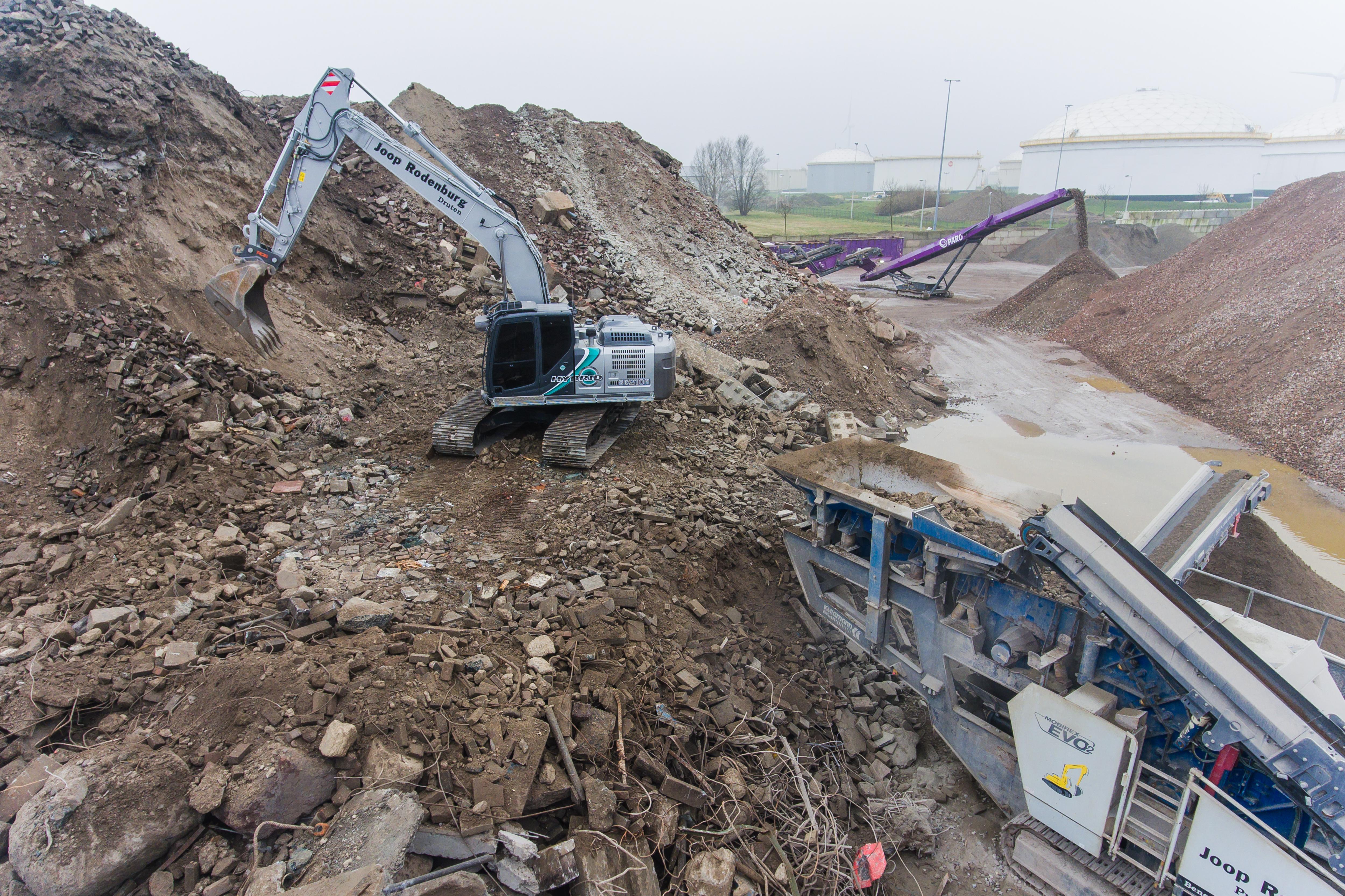 <p>De nieuwe Kobelco van Rodenburg in actie bij afvalverwerker Paro in Amsterdam. 'Deze machine zwenkt fijner dan een diesel.'</p>