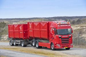 Transportbedrijf Heemskerk Slootweg uit Noordwijkerhout kocht recent vier nieuwe Scania's. Beste auto's met dikke 520 en 580 pk SCR-only V8-motoren en rijk uitgeruste cabines.