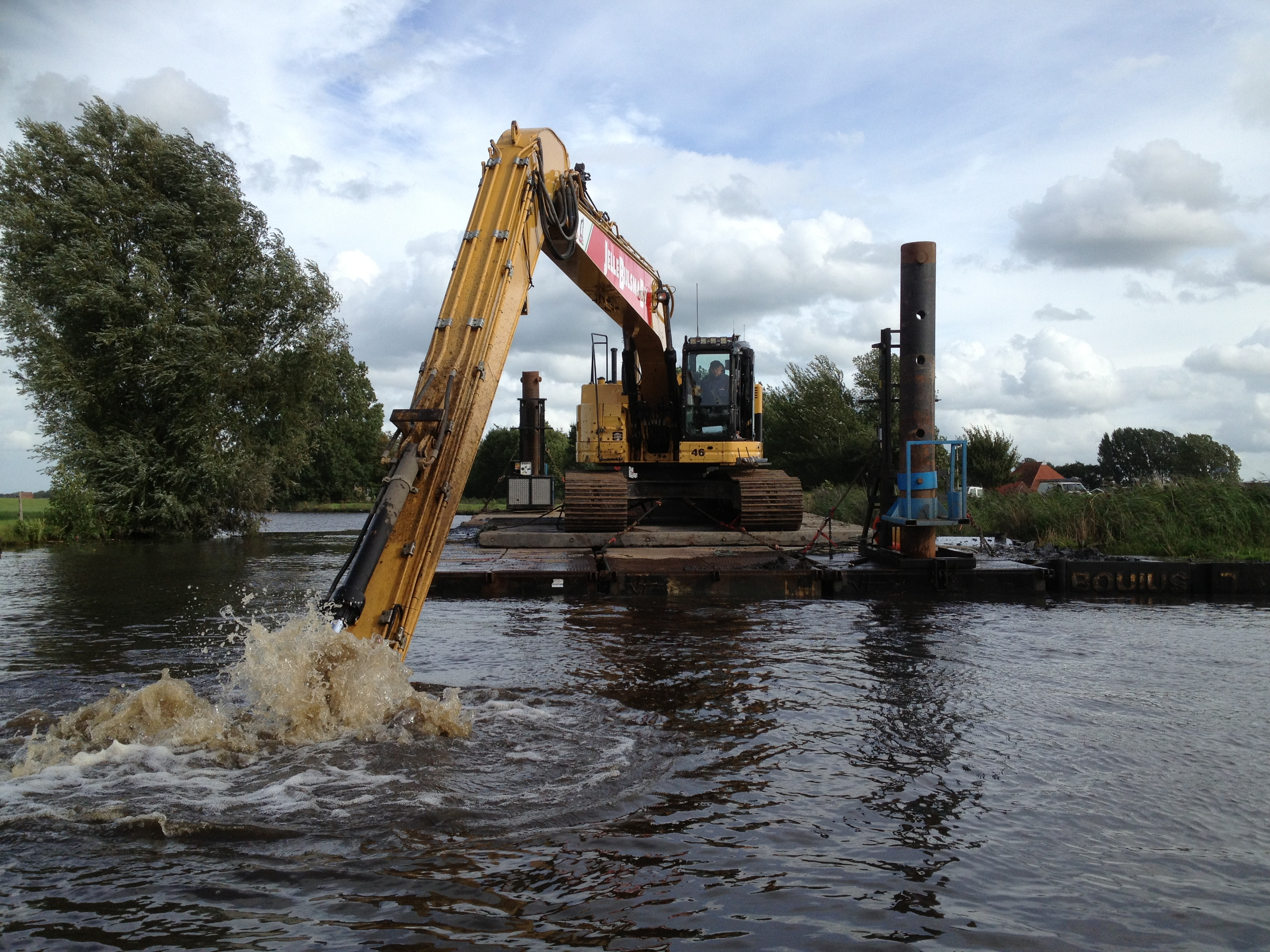 <p>Voor het uitbaggeren van waterwegen beschikt het Friese bedrijf over een eigen baggerponton.</p>