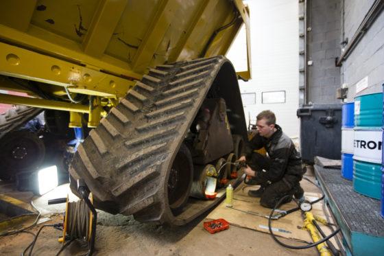 Het merendeel van het onderhoud – zoals aan deze rupsdumper – gebeurt in de eigen werkplaats. Hier werken vier monteurs.