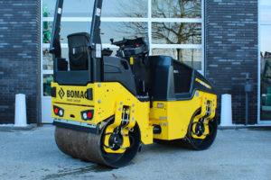 De Grondslag in Utrecht heeft een nieuwe Bomag BW100AD-5 tandemwals in gebruik genomen. De 2,5 tons Bomag heeft een vermogen van 24,3 kW en een werkbreedte van 1.000 mm.