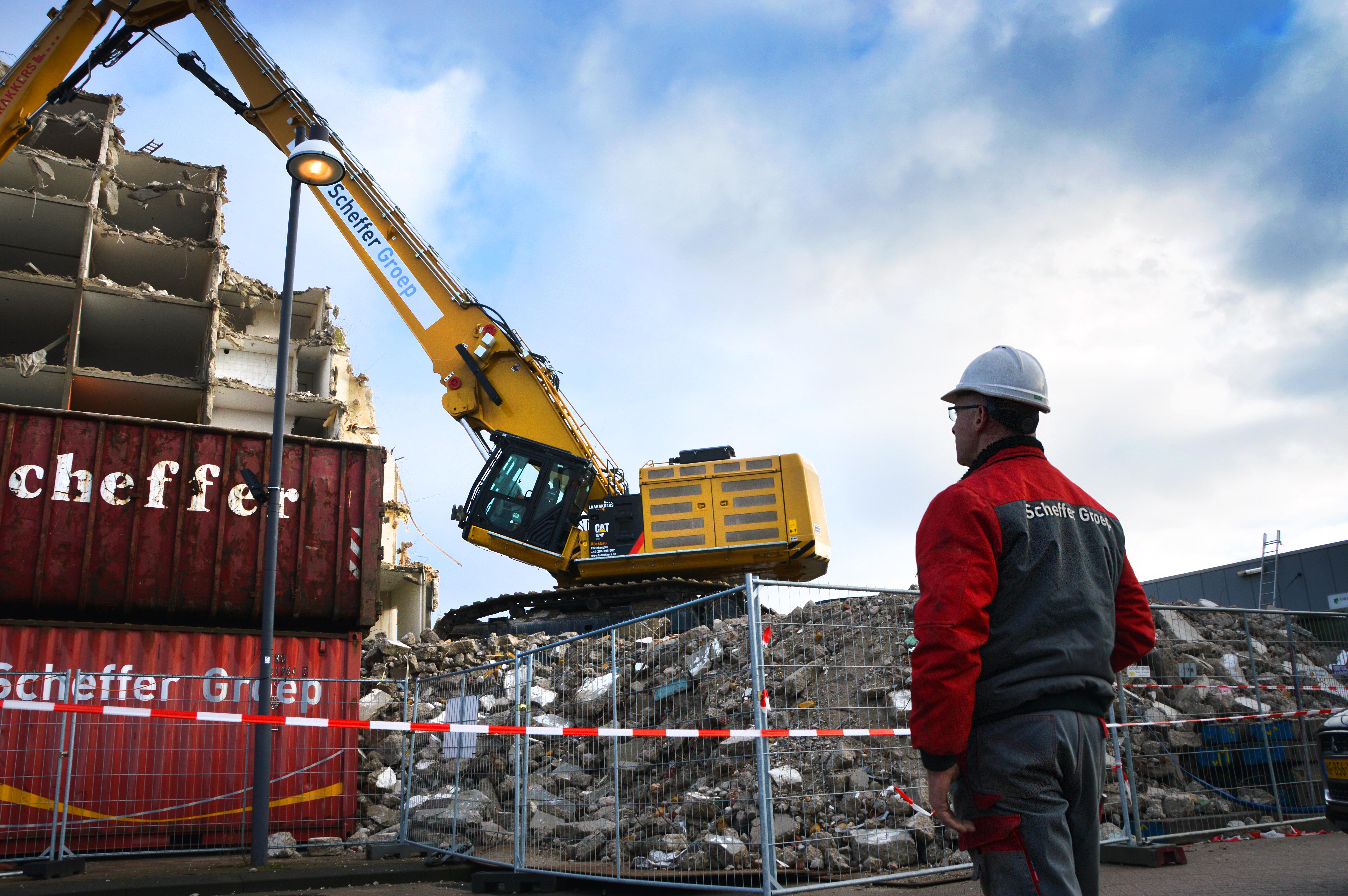 <p>De sloop van de Vennenflat was de eerste klus voor de hagelnieuwe Caterpillar 374F UHD. De machine weegt 100 ton, de giek alleen al ruim 20 ton.</p>