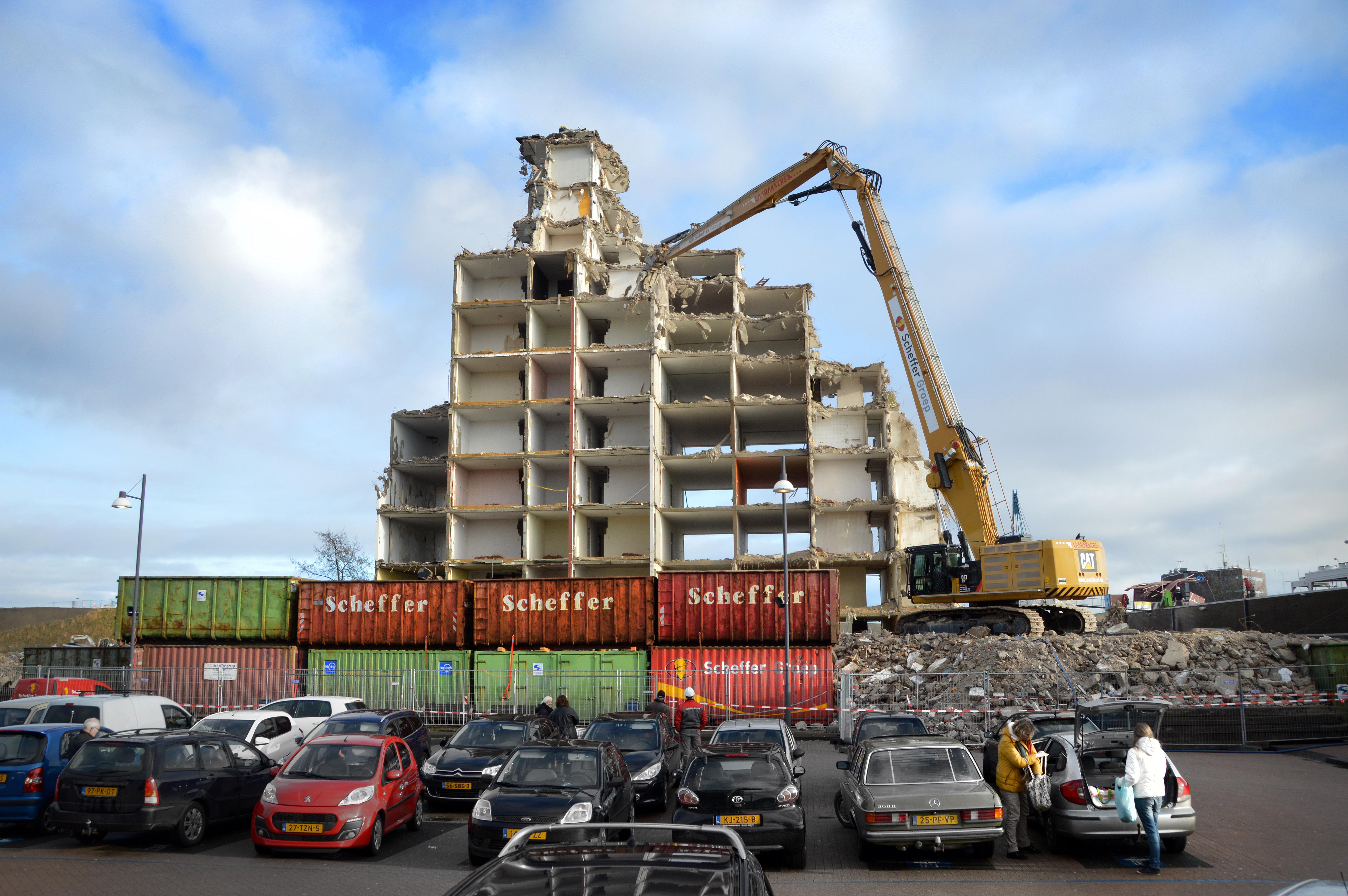 <p>Een dubbele laag containers zorgt dat er geen puin kan wegspatten richting de bebouwing of de parkeerplaats voor de flat.</p>