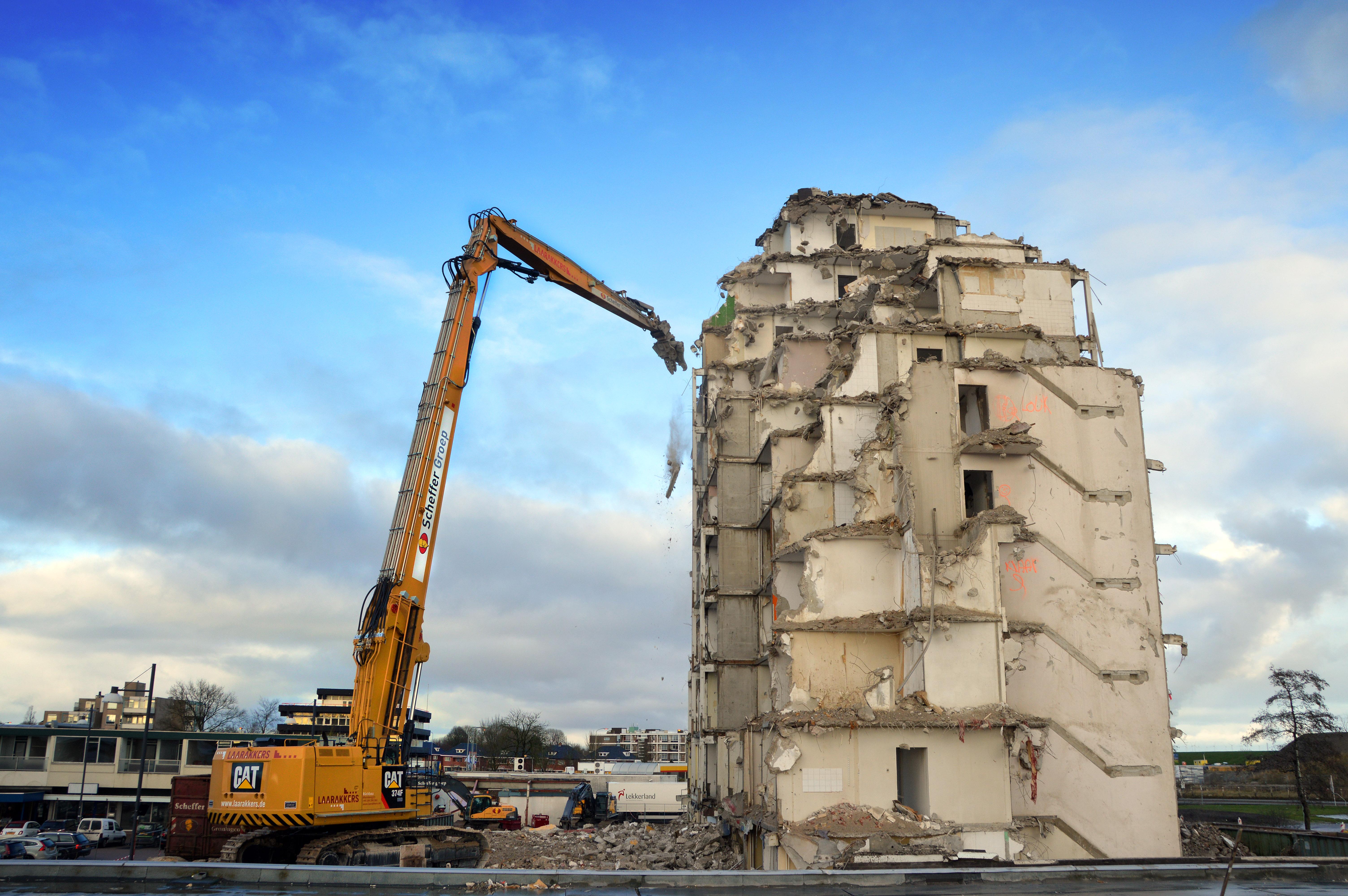 <p>De 36 meter lange giek van de Caterpillar hapte het gebouw probleemloos stukje bij beetje weg. Alleen gooide de harde zeewind regelmatig roet in het eten.</p>