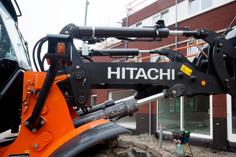 <p>Het parallelframe van de Hitachi ZW180PL-5 draagt bij aan de kracht en stabiliteit van de machine. Gebr. Koerts heeft op de vier cilinders elektrische slangbreukventielen gemonteerd.</p>