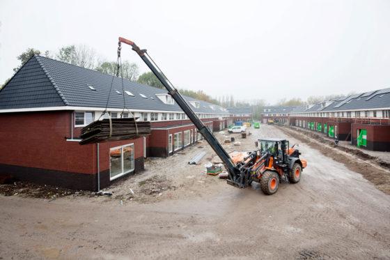 Jan van Doesburg wordt met zijn Hitachi ZW180PL-5 ingezet voor tal van hijsklussen op de bouwplaats.
