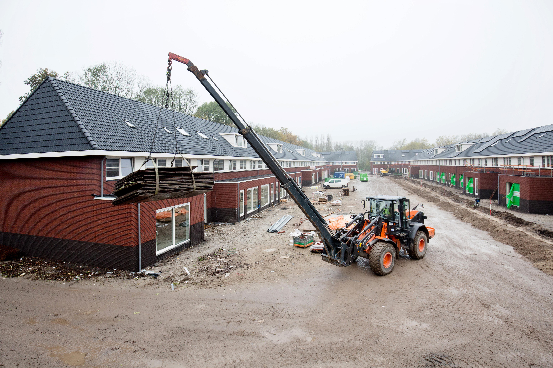 <p>Jan van Doesburg wordt met zijn Hitachi ZW180PL-5 ingezet voor tal van hijsklussen op de bouwplaats.</p>