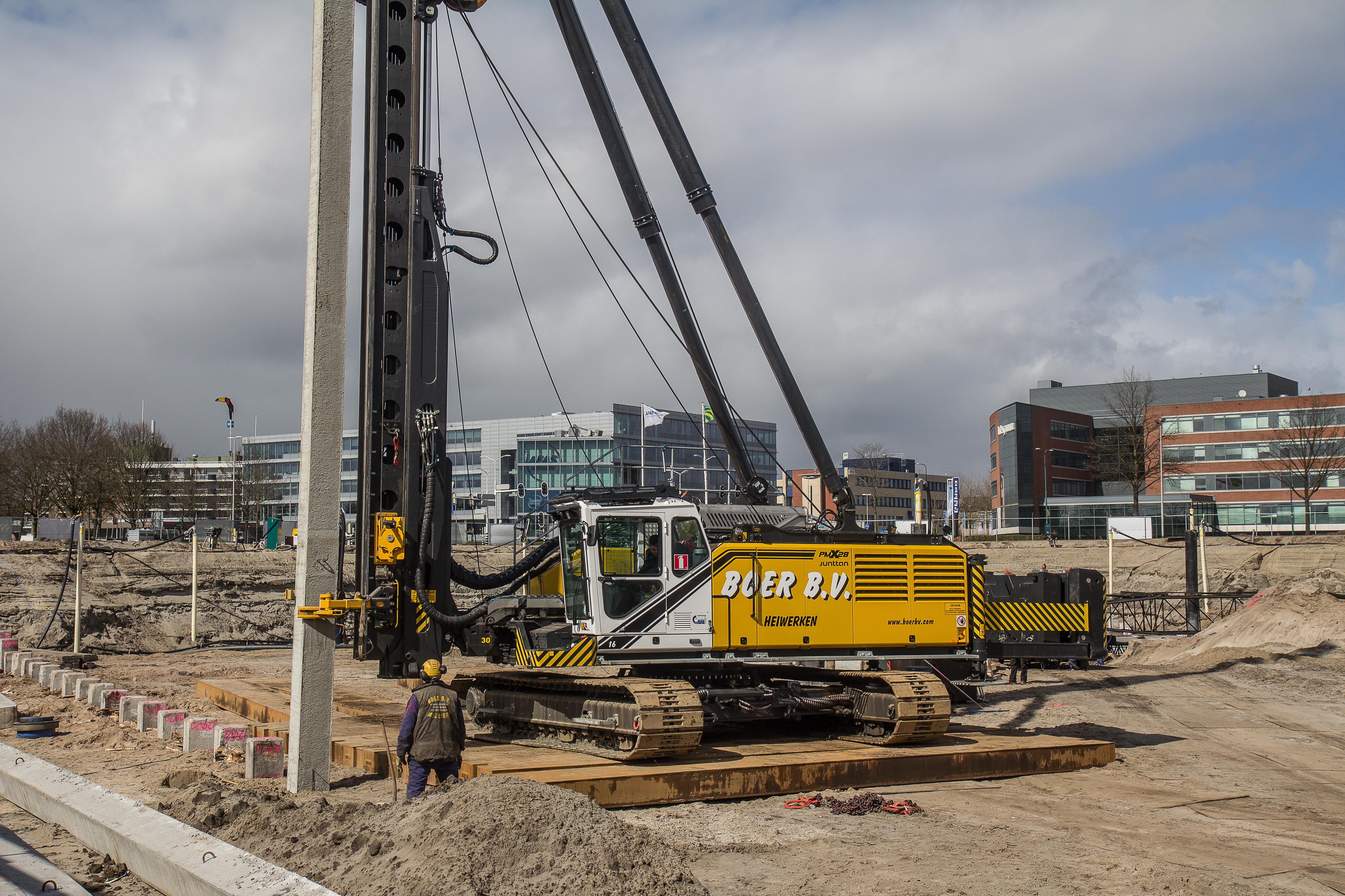 <p>Aangescherpte normen vergroten de vraag naar zwaarder heiwerk, merkt Boer B.V. Reden voor het bedrijf om te investeren in een zwaardere heistelling: de Junttan PMx28. De eerste in Nederland en in de uitvoering met 10-tons hamer en 30 ton makelaarscapaciteit uniek.</p>