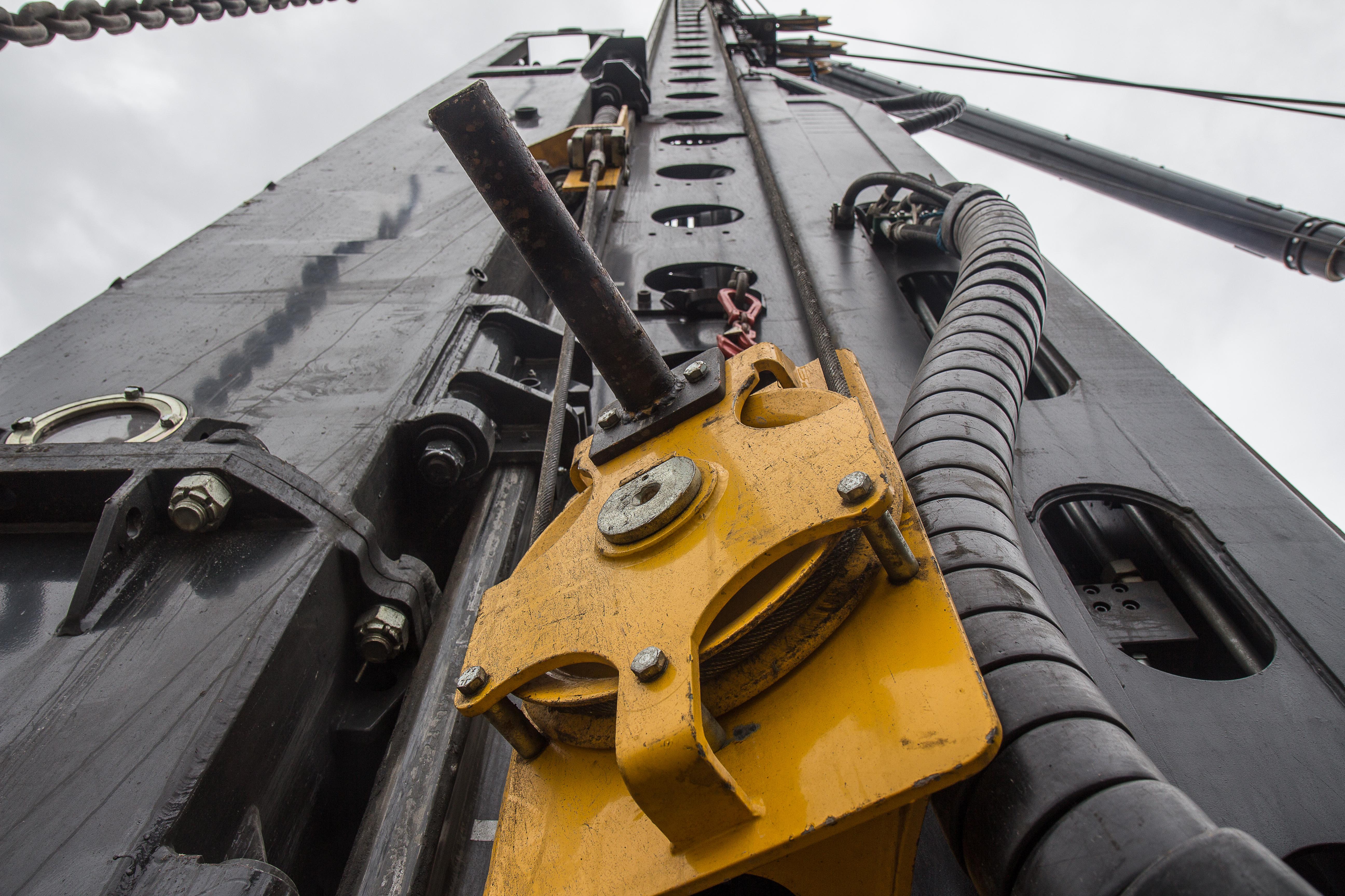 <p>Het principe van de pull-down-lier bevalt goed bij Boer. Dit is de tweede machine die erover beschikt. Een lier op de makelaar trekt met 5 ton kracht de hamer naar beneden. De staalkabel loopt via top en onderkant over enkele rollen.</p>