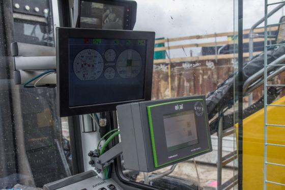 In de cabine is de bediening (op de aansturing na) exact hetzelfde als de kleinere heistellingen. Dat is makkelijk. De onderste kast is van Ekal, een ingenieursbureau dat het heiproces digitaal op afstand bewaakt.