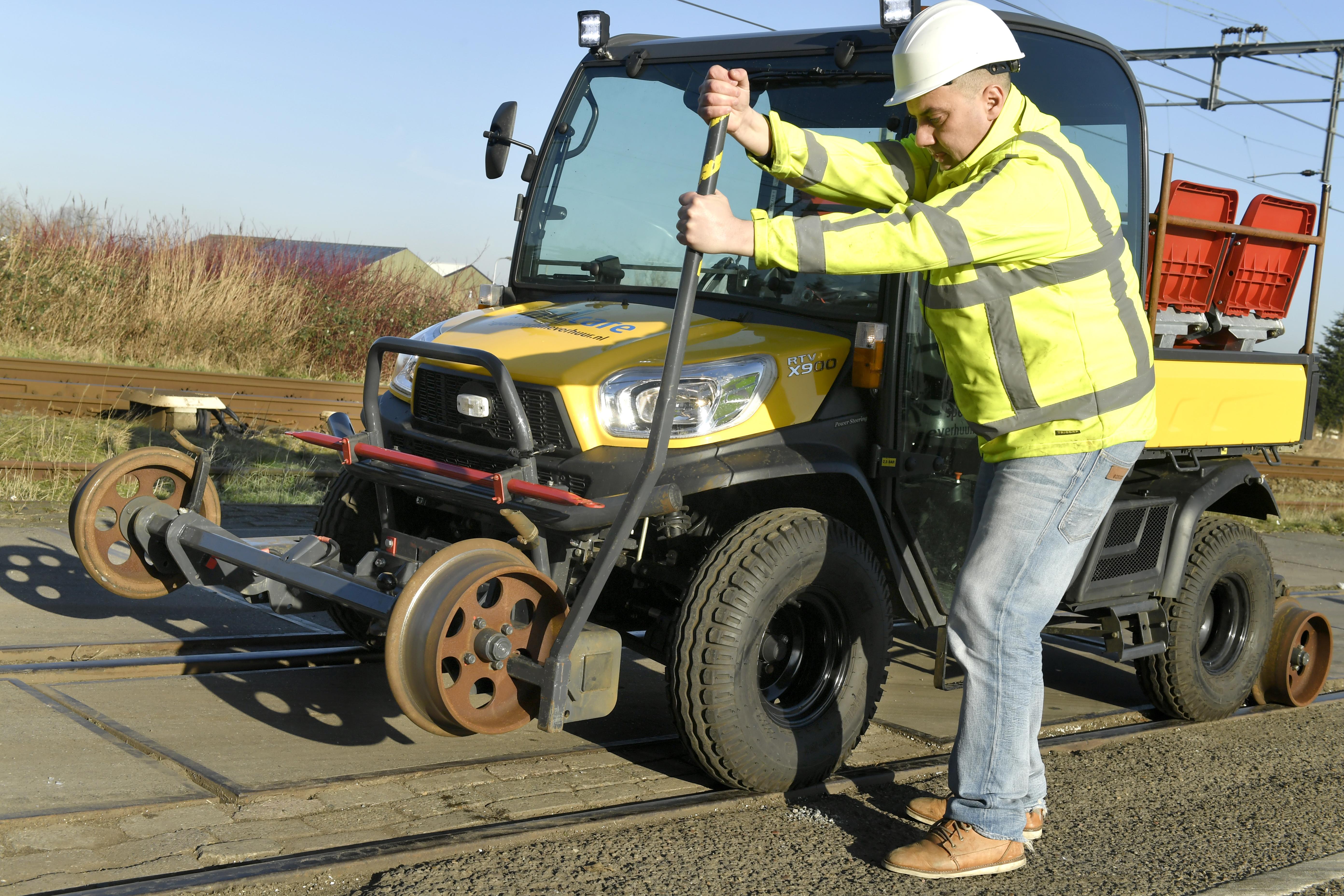 <p>Door de lorriestellen aan voor- en achterzijde handmatig om te klappen, wordt de laagloper mechanisch vast in het spoor gezet.</p>