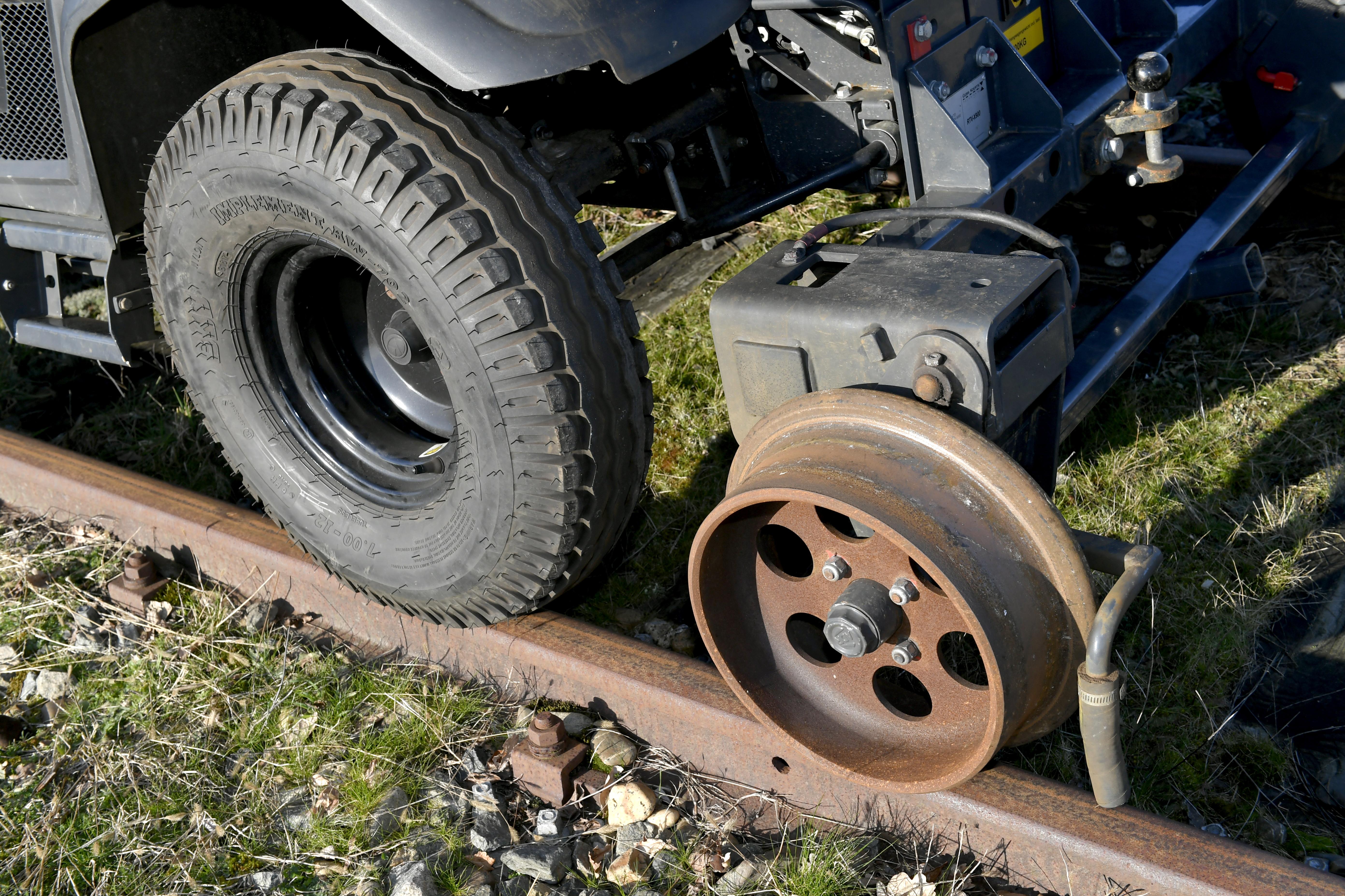 <p>Bij een laagloper blijven de banden op het spoor wat in vergelijking met een hoogloper een enorme verbetering betekent wat betreft comfort en geluid. </p>