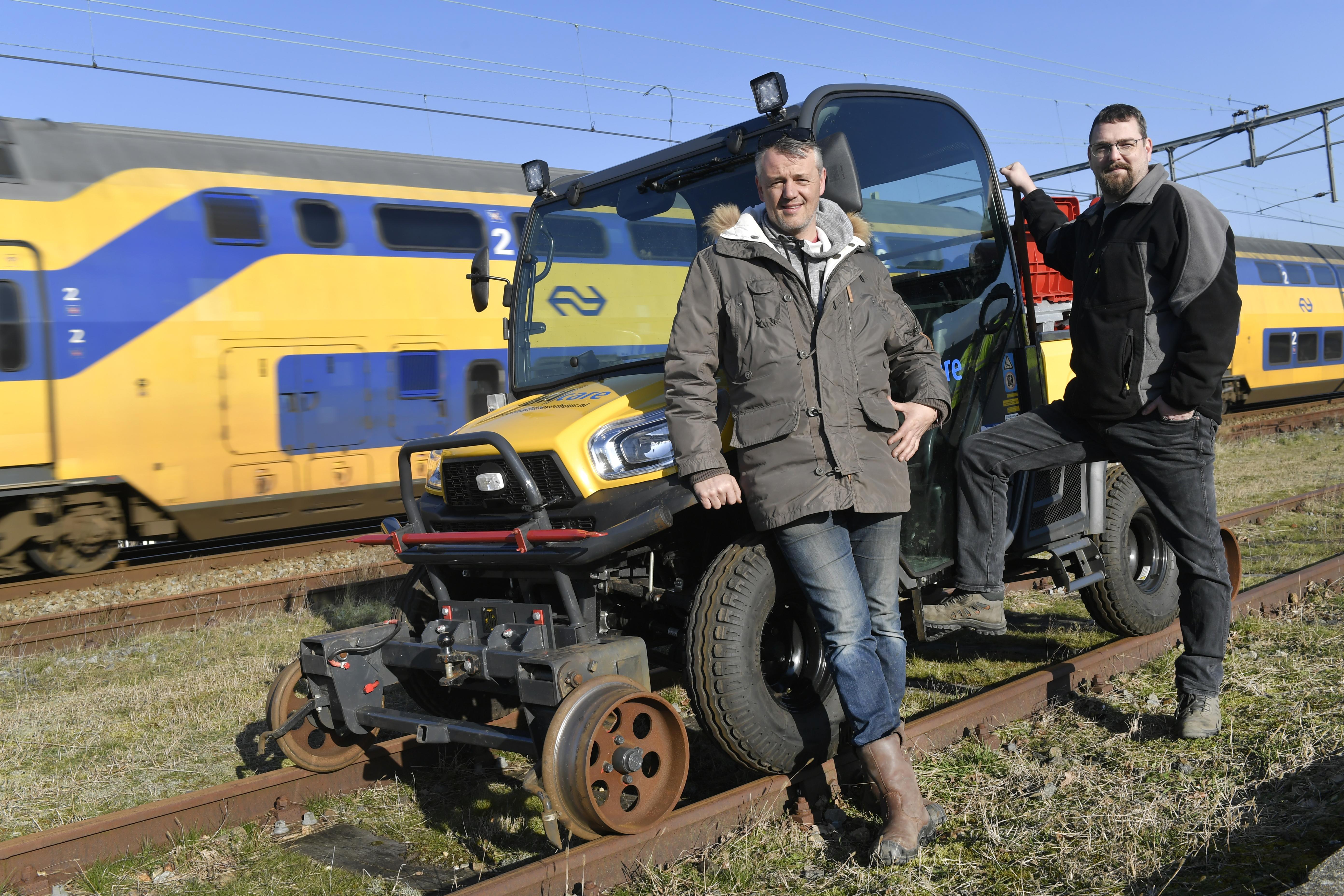 <p>Ed Koerts (rechts) verkocht de eerste Kubota laagloper op basis van een paar foto's aan Marc Ruigrok van Railcare (links). Ruigrok is een enthousiaste gebruiker. 'De laagloper is heerlijk comfortabel, ik ga er echt met plezier inzitten.'</p>