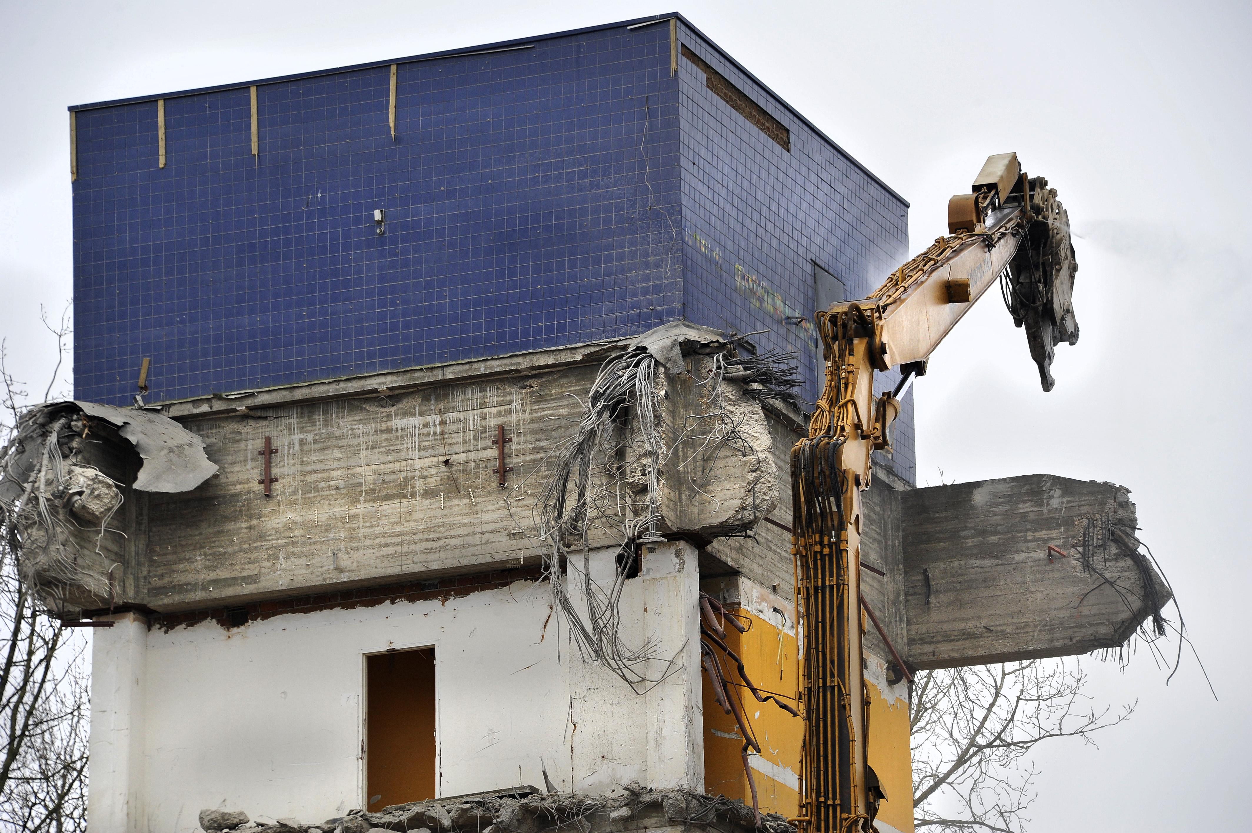 <p>Het voormalige GAK-kantoor was een 'hangend' gebouw; alle verdiepingen hingen als het ware aan de kern van het pand. Het slopen van de zware betonbalken van zo'n 50 centimeter dik en 2,5 meter hoog met voorgespannen staal vragen de nodige kracht en tijd.</p>