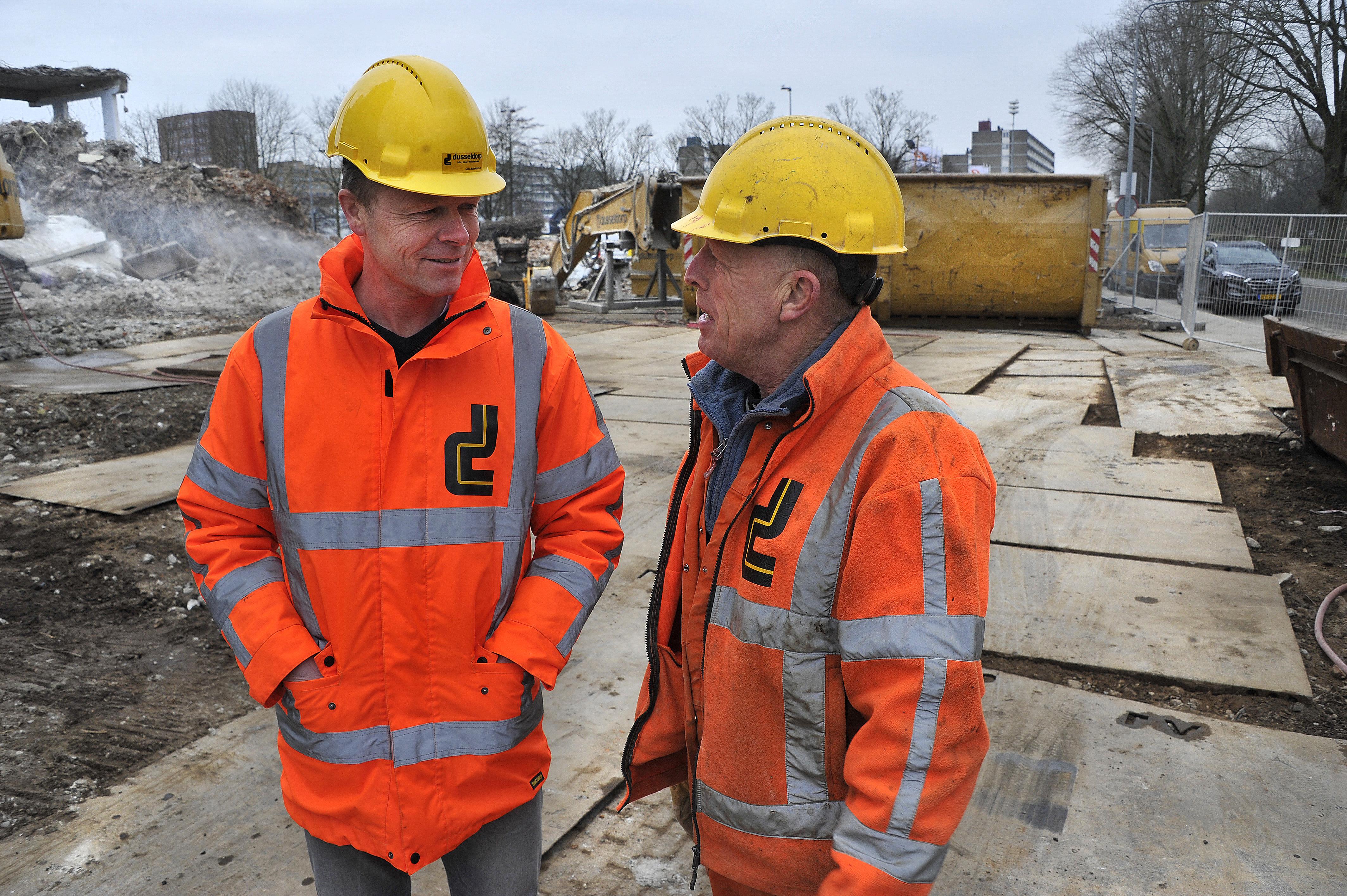 <p>Uitvoerder Gerry Piers (links) en voorman Jitse Postma overleggen intensief over de voortgang van het werk.</p>