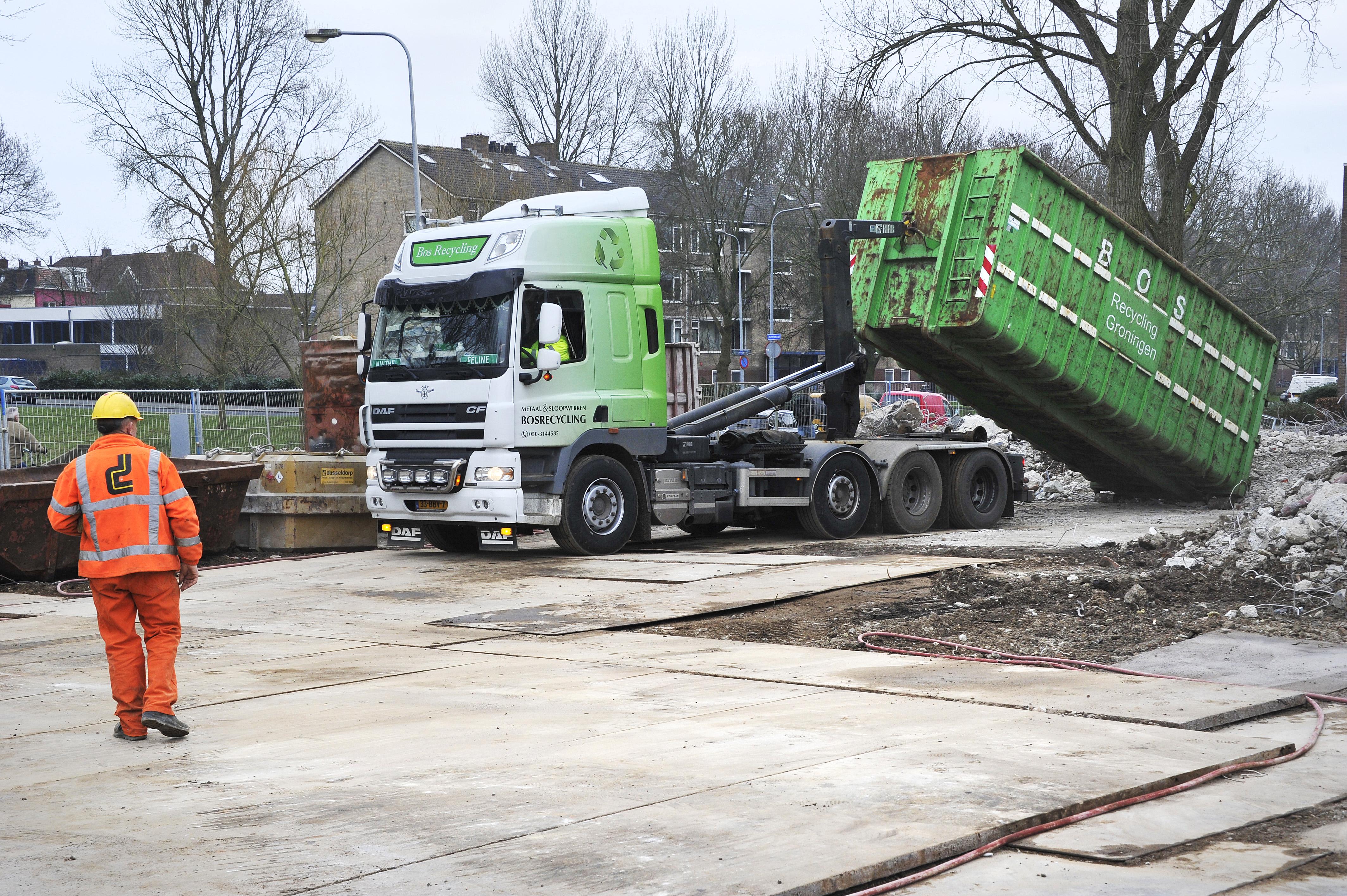 <p>In totaal levert de sloop een 12.000 ton aan gemengd- en betonpuin op. Het puin mag niet op locatie worden gebroken en wordt daarom afgevoerd voor verdere verwerking.</p>