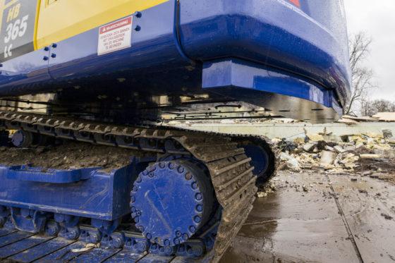 Aan de onderzijde van de bovenwagen is extra ballast aangebracht om de stabiliteit van de machine verder te verbeteren.